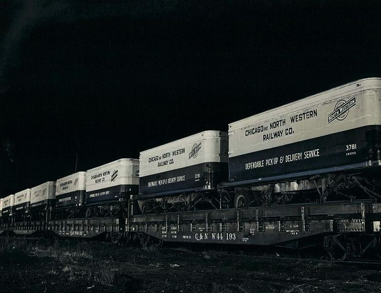 Chicago_and_North_Western_piggyback_freight_cars_1954.JPG